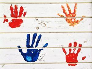 כפות ידיים של ילדים על הקיר