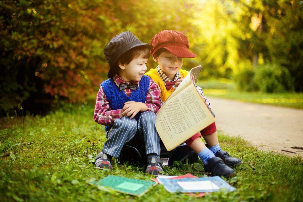 ילדים קוראים ספרים